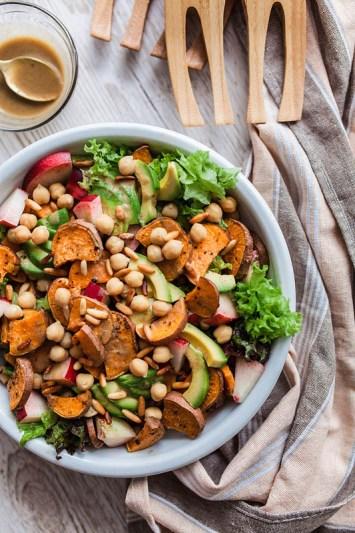 Up your salad game: Nektarinen-Süßkartoffelsalat mit Ahornsirup-Senf-Dressing, cremiger Avocado, knusprigen Pinienkernen und frischem Spinat oder Salat. Der perfekte Sommersalat für Grillabende und unterwegs. Warm und kalt ein Genuss. Rezept und Foodstyling: Purple Avocado / Sabrina Dietz