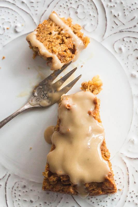 Hier ist ein Rezept für einen saftigen, luftigen Karotten-Zitronen-Kuchen mit Cashewbutter-Icing. Dieser lockere Karottenkuchen ist problemlos für einige Tage im Kühlschrank haltbar. Das nussige, leicht bittere Cashewbutter-Icing gibt dem Kuchen das spezielle Etwas und der frische Zitronensaft sowie die Zitronenschale verleihen ihm eine saure, fruchtige Note.
