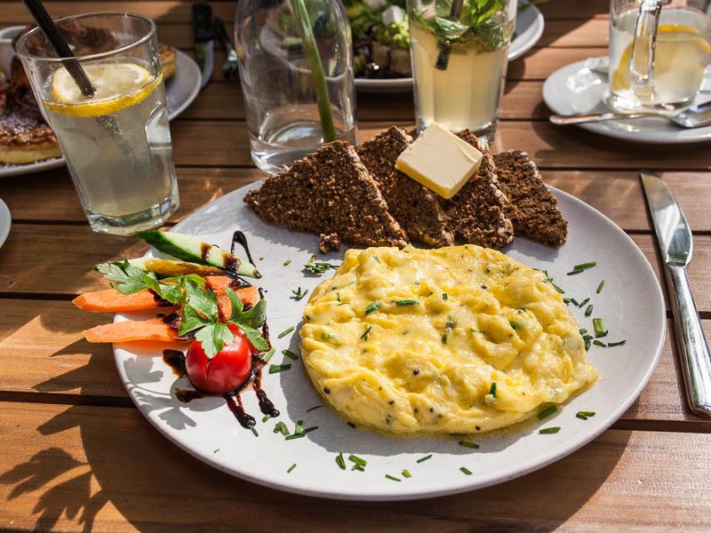 Scrambled egg with bread and salad in Hamburg at Von der Motte