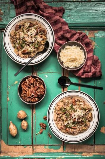 Rezept für ein cremiges Risotto mit Champignons und Topinambur und gehackten Pekannüssen. Deftige, winterliche Hausmannskost. #wintergemüse #winter #foodstyling #foodphotography #rezepte