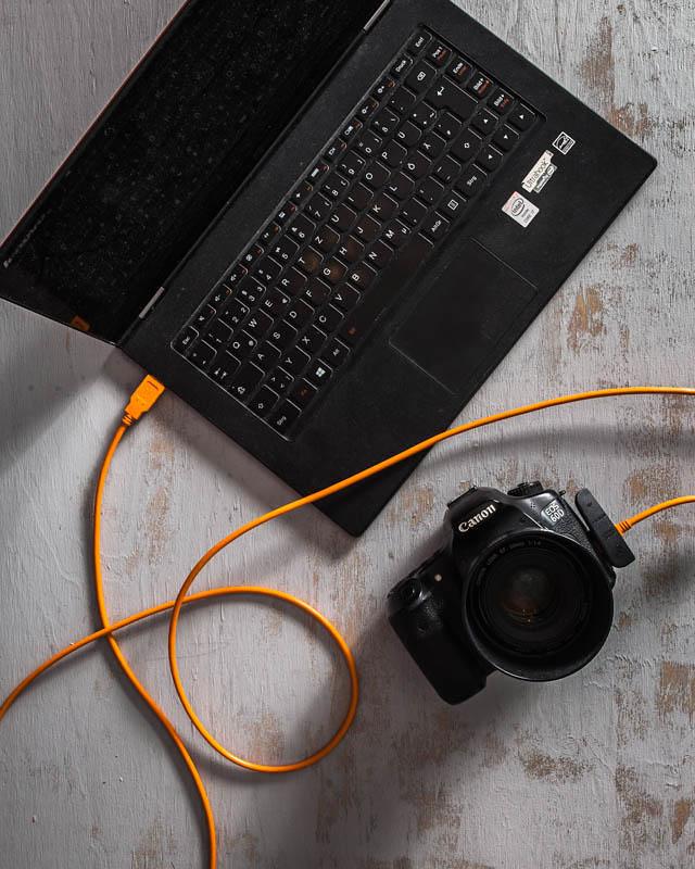 Laptop und Kamera mit einem Tether-Kabel verbunden