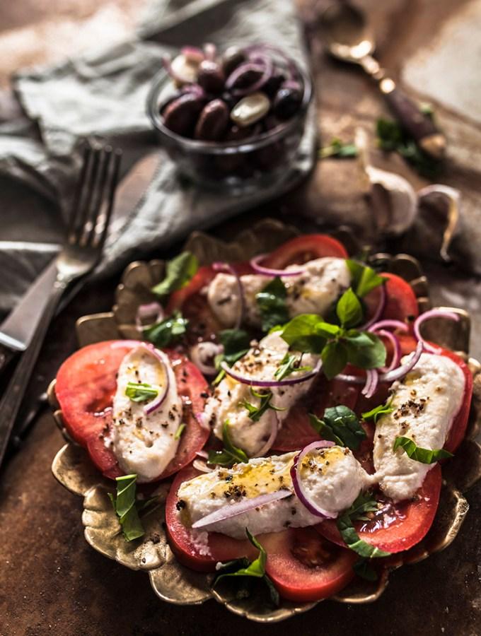 Tomate und Mozzarella - Stimmungsvolle, rustikale Food-Fotografie mit natürlichem Licht