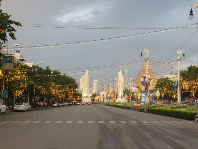 Crossing the street to Sao Khao San Road, September 1, 2016