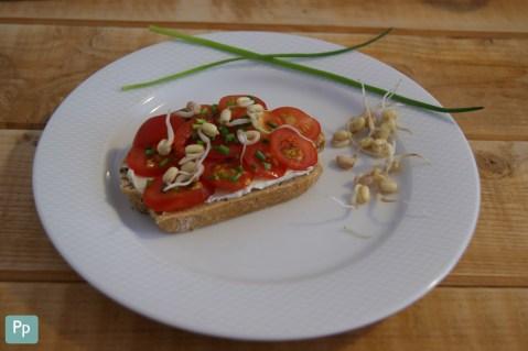 Sprossen als leckerer Zusatz auf einem Brot mit Tomaten.