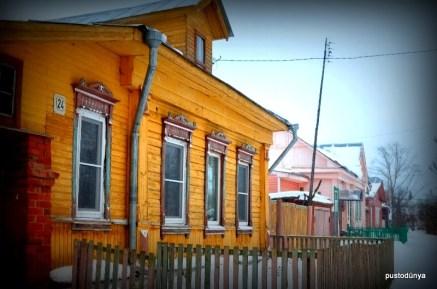 Rusya kırsalının klasik ahşap evlerine örnekler