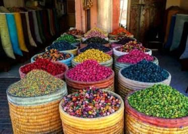 Fas baharatçıları dünya çapında meşhurdur. Marakeş , Fes her yerde sokaklar dolusu baharatçıları göreceksiniz.