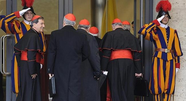 Vatikan' da papa, kardinaller  ve İsviçreli askerler aynı karede.