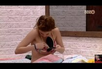BBB18 - Ana Clara nua mostrando os peitinhos