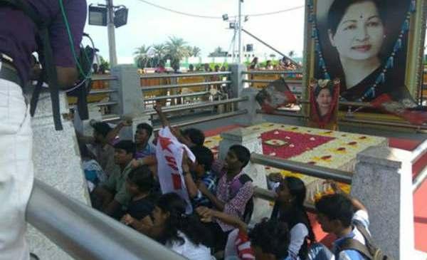 நீட் தேர்வு: போராட்டக் களமானது தமிழகம்!