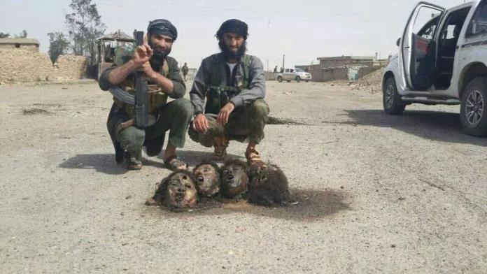 Sadam Dzemal pozira sa odsjecenim glavama boraca Dzebhetun-nusre 2