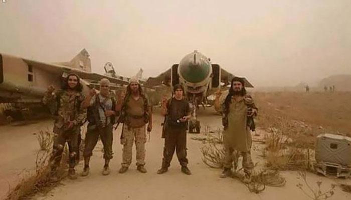 Borci Džebhetun-nusre poziraju unutar zračne luke Ebu Zuhur