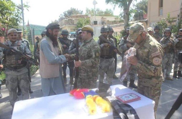 Foto: Jedan od Idišovih zapovjednika se predaje afganistanskoj vojsci nakon talibanske operacije u Kunaru