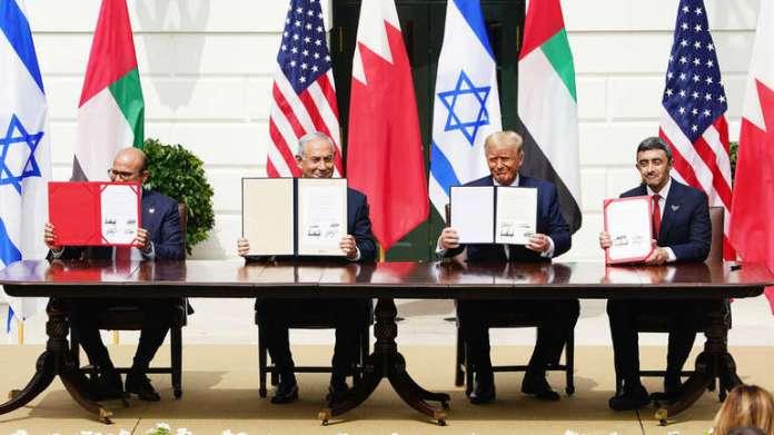 Stotine ljudi su posmatrale ceremoniju potpisivanja bilateralnih sporazuma kojima se formalizuje normalizacija već poboljšanih odnosa Izraela i dvije arapske države [EPA]