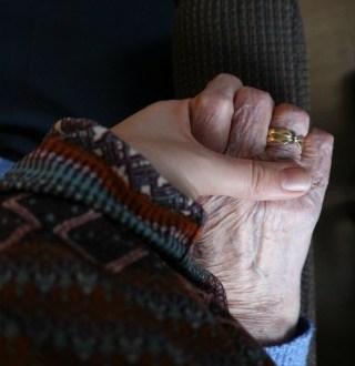 oma en minke handen