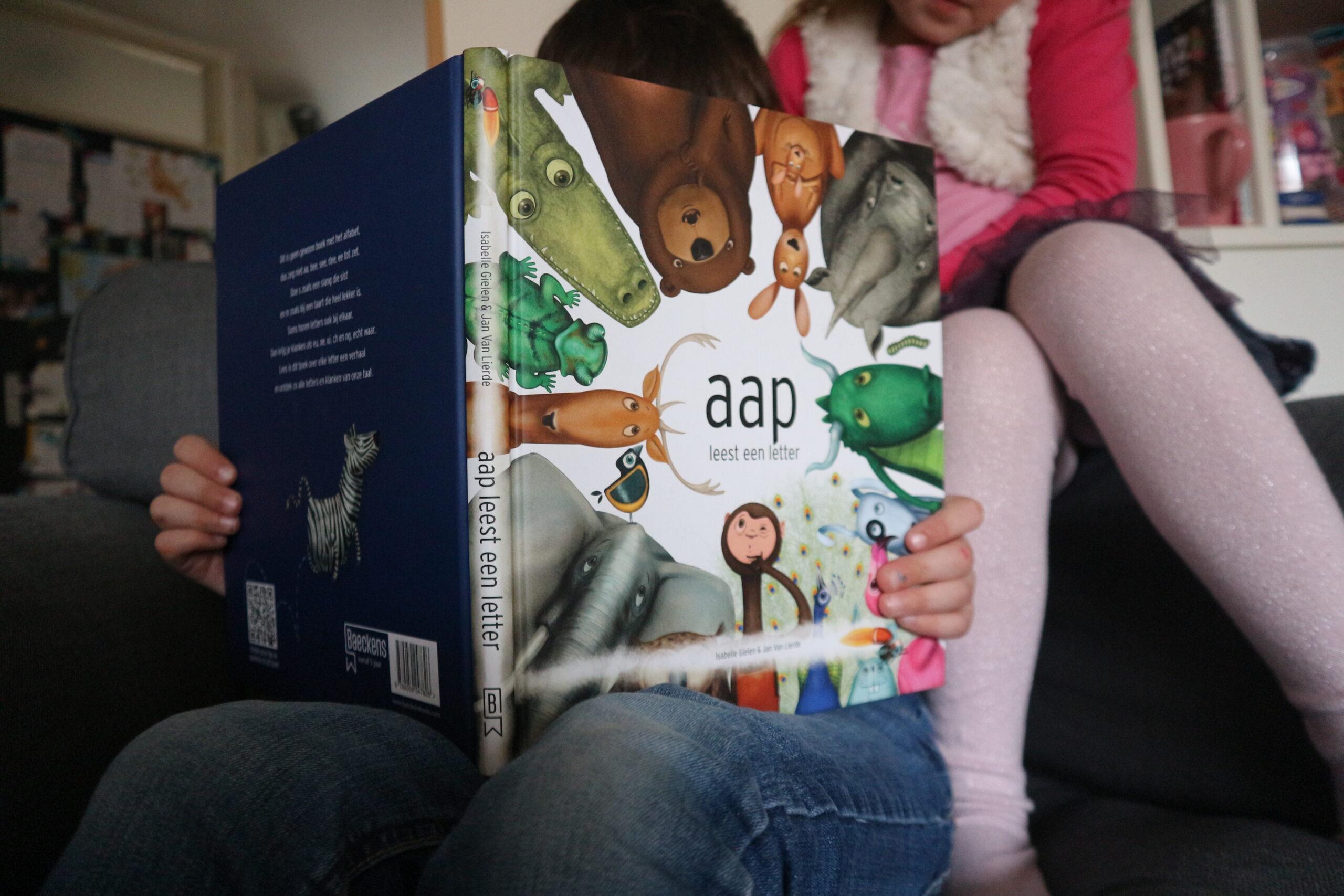 Aap leest een letter, meer dan het alfabet alleen