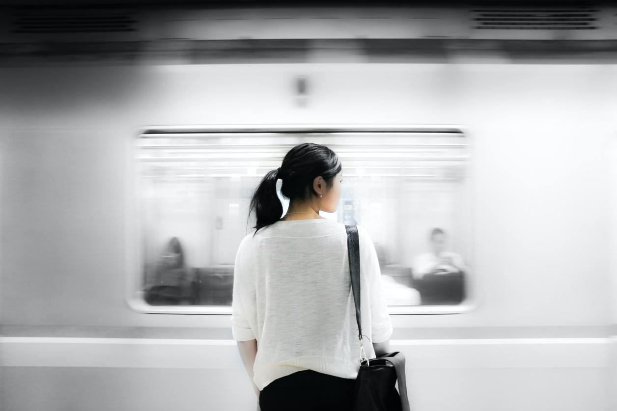仕事に疲れている女性の画像