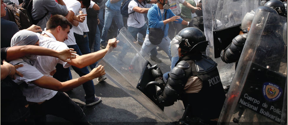 4 de cada 10 ciudadanos prefieren que la oposición esté en las calles luchando