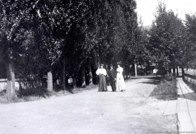 1897 Cliff Rd., looking e. towards Dowling Ave., C.N.R. tracks behind people_tn
