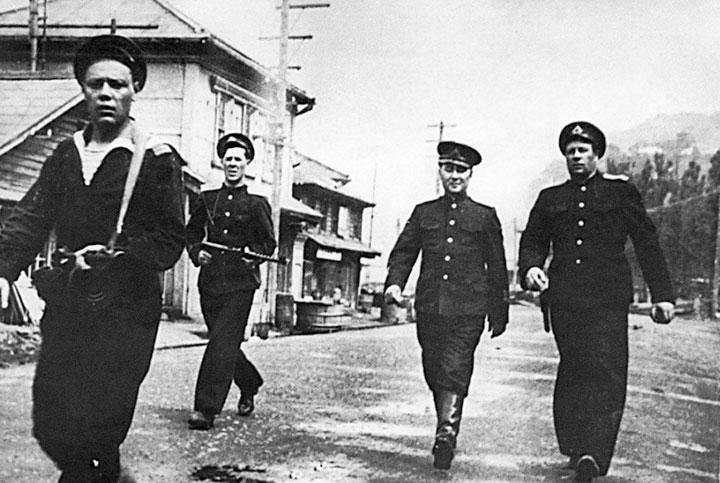 Адмирал И.С. Юмашев (крайний справа) и вице-адмирал В.А. Андреев с охраной на улицах Маока (ныне Холмск). Август 1945 г.