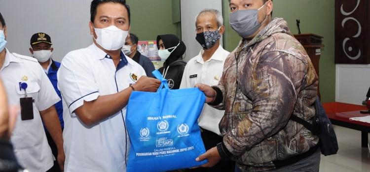 Warga Terpapar Covid-19 Kecamatan Batununggal Dapat Bantuan Sembako dari PWI Kota Bandung