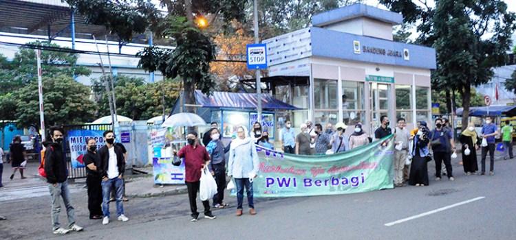Dany Java Jive Meriahkan Bagi-bagi Takjil Bersama PWI dan IKWI Kota Bandung