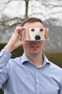 Een lachende jongen met een VR-bril. KNGF GELEIDEHONDEN ZET IN OP VIRTUAL REALITY!