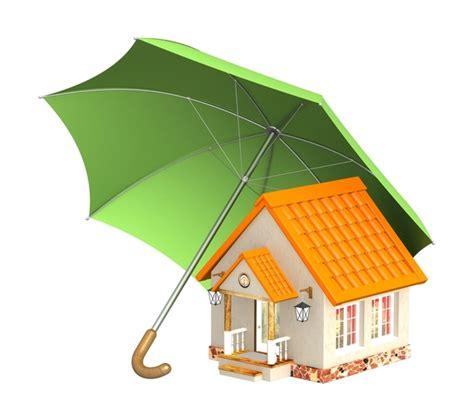 Afbeelding van een woning onder een grote groene liggende paraplu.