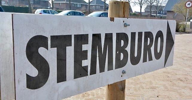 Afbeelding van een naar rechts wijzend bord met de tekst: STEMBURO!