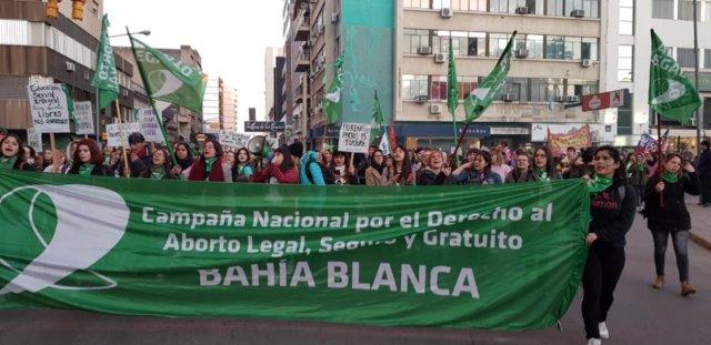 En Bahía hubo marchas y pañuelazos a un año del rechazo de la ley de aborto  en el Senado 2020