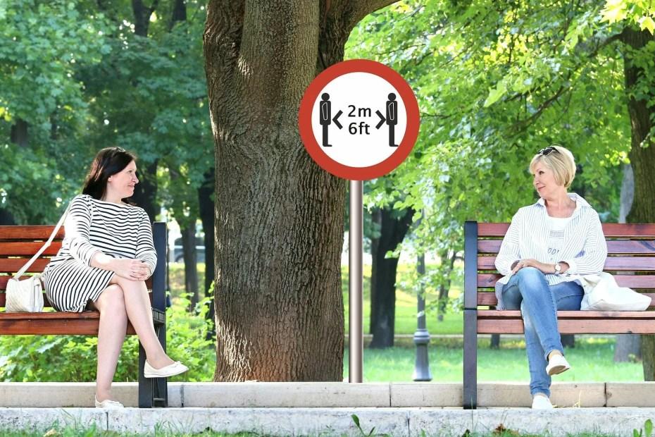 Due donne mantengono il corretto distanziamento sociale