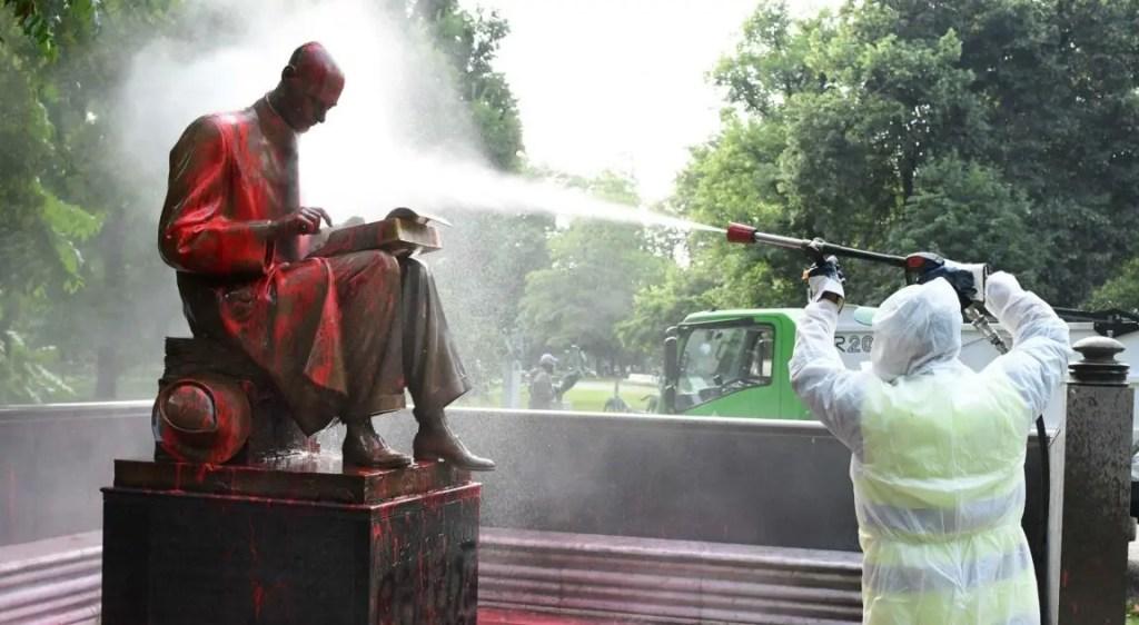 La statua di Indro Montanelli viene pulita dopo gli atti vandalici