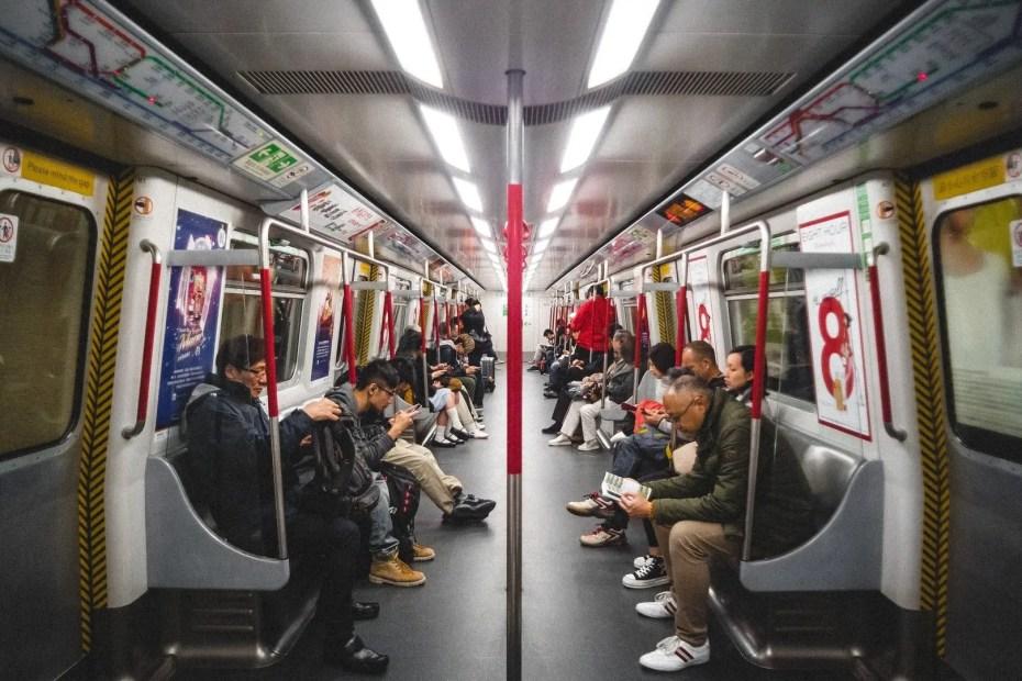 Persone attendono in metropolitana