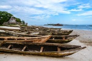 Pirogues sur la plage de Sainte Luce, Madagascar