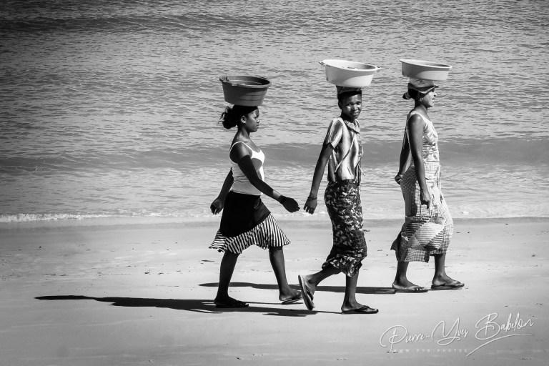 Femmes malgaches marchant sur la plage de Majunga