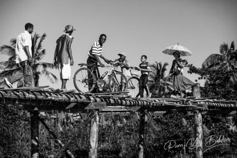 Villageois malgaches sur le pont de Maroantsetra