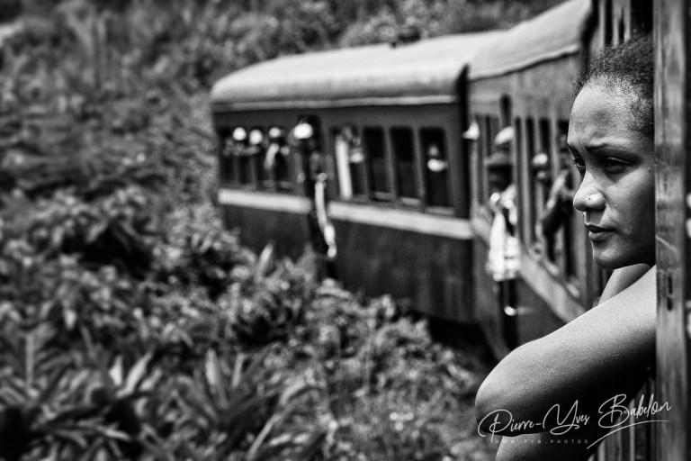 Une femme malgache à la fenêtre du train