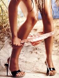 Christina-Aguilera-pants down