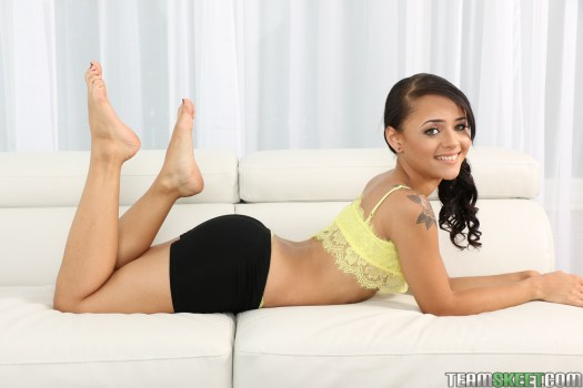 Holly Hendrix feet soles pose