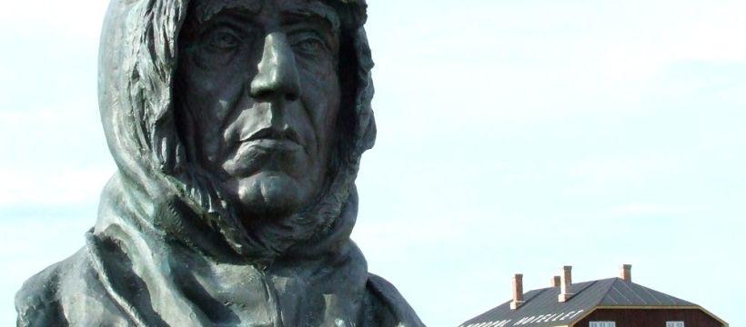 Denkmal für Roald Amundsen in Ny Alesund auf Spitzbergen
