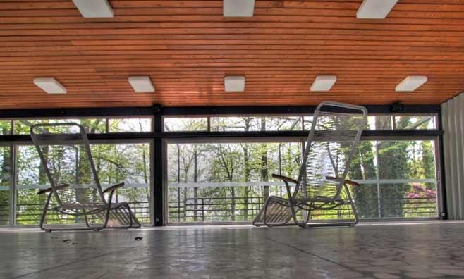 Die Liegehalle - noch heute möbliert mit Gartenliegen aus den 60ern.