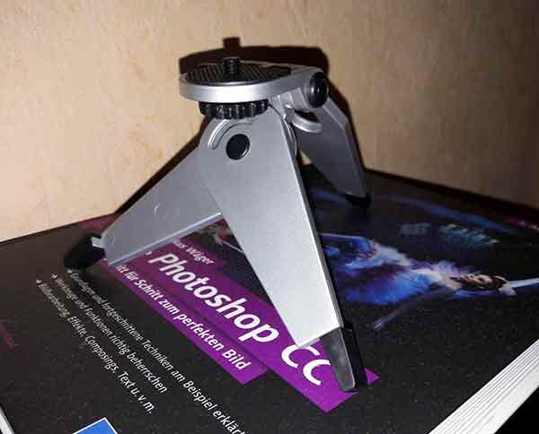 Das Mini-Stativ für die Plastikkamera. Irgendwie ist es recht niedlich.