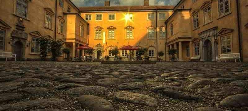 Blick über den mit Kopfsteinpflaster befestigten Innenhof des Eutiner Schlosses.