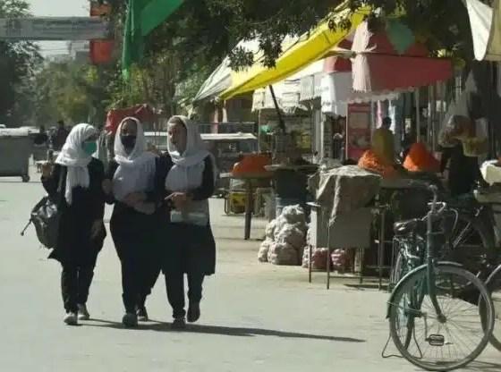 """Afganistán: Los talibanes dicen que las mujeres tendrán derechos """"dentro de los límites del Islam"""""""