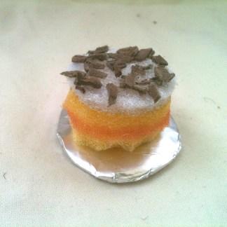 Gräddtårta med chokladströssel för tittskåp