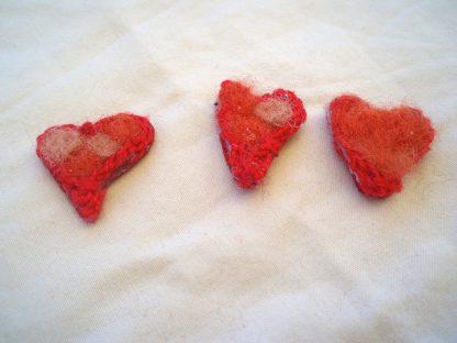 Mini hjärtan av ull med virkad kant
