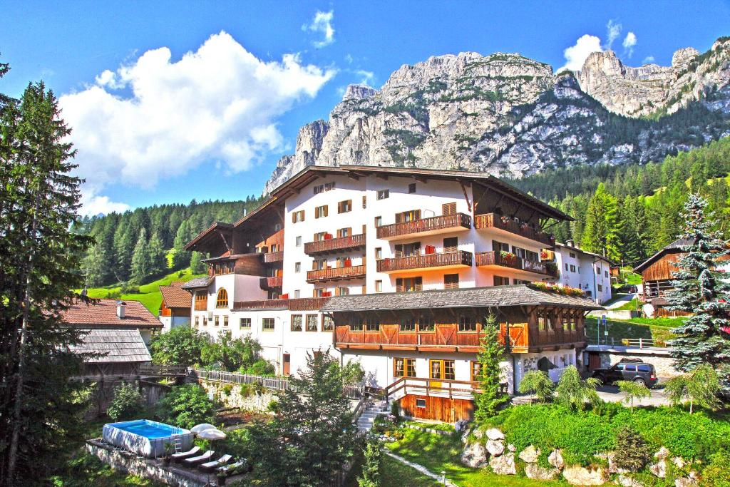 Hotel Dolomiti La Villa Italy Booking Com
