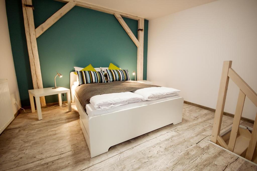 Nella nostra community abbiamo affrontato spesso il tema dell'abbinare il gres effetto legno ovunque, perché è un trend affermato tra chi ristruttura casa, nonostante i progettisti non siano sempre d'accordo sul suo utilizzo. Dream Team Pomorska Appartamenti Bydgoszcz