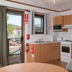 Outdoor Kitchen Cost Cabinet Sets The Sundowner Cabin Tourist Park 澳洲 电水壶 支付额外费用可以使用毛巾 床单 衣柜 衣橱 烤箱 炉灶台 清洁用品 浴巾 亚麻织品 餐桌 户外家具 户外用餐区 晾衣架 卫生纸 淋浴 厨房用具