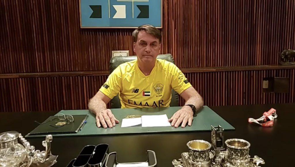 الرئيس البرازيلي جايير بولسونارو يظهر في خطاب رسمي مرتدياً قميص ...