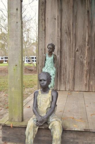 Les Enfants de Whitney devant leur habitation